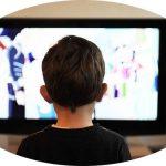 テレビを観る子供